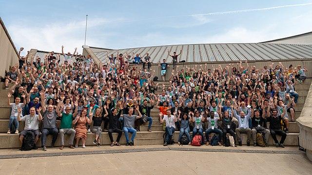 Gruppenfoto vom Hackathon 2018 in Barcelona. Urheber: Ckoerner [CC BY-SA 4.0] (eigenes Werk), via Wikimedia Commons